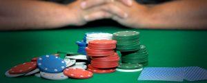 ג׳יטונים על שולחן משחק - הימורים