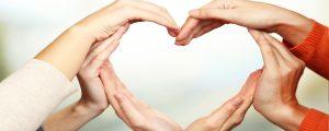 ידים מסודרות בצורת לב